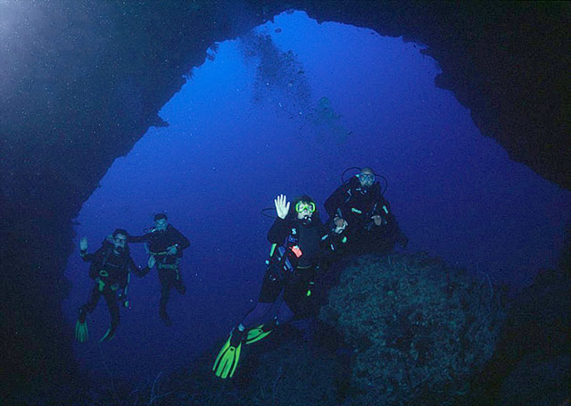 Divers at Elphinstone Arch by Tim Nicholson